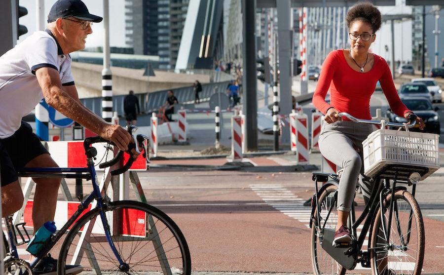 Man op racefiets nadert meisje op omafiets in Rotterdam