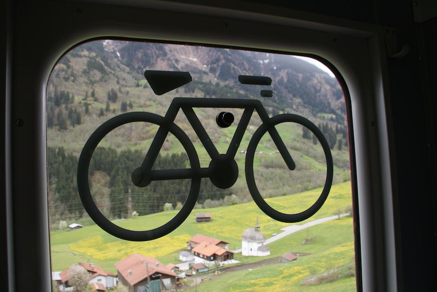 Fietslogo op treinraam
