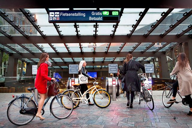 Ingang van de fietsenstalling bij Rotterdam Centraal