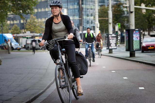 fietsende mevrouw met helm