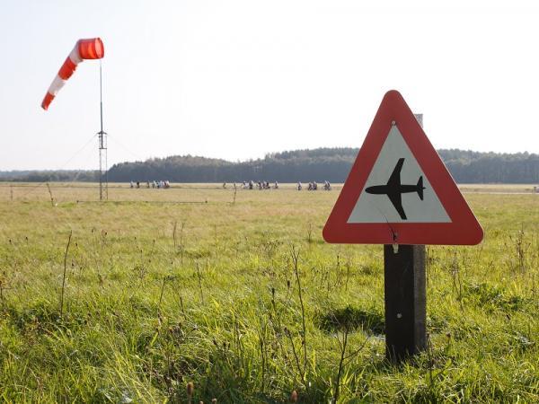Waarschuwingsbord voor vliegtuigen in Soesterberg