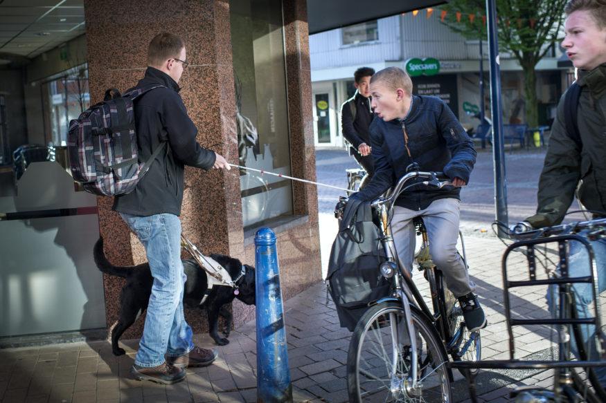 blinde wordt bijna aangereden door fietser