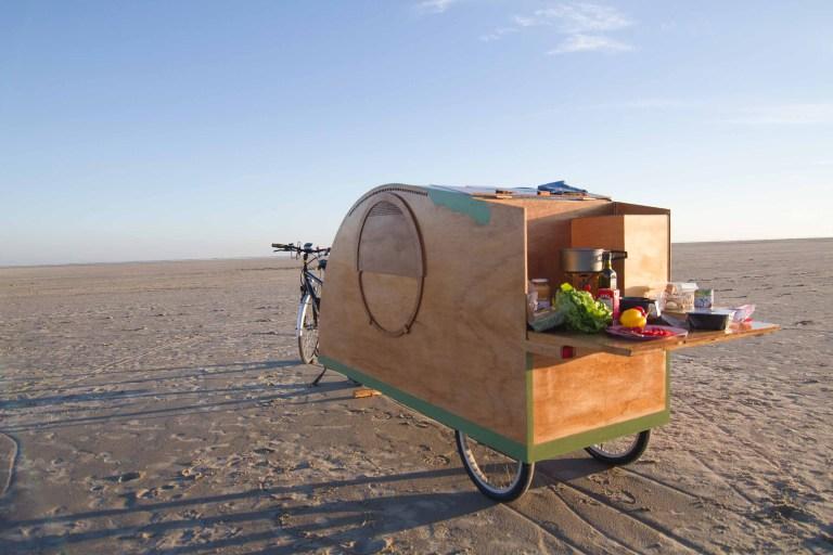 fietscaravan met opengeklapte keuken.