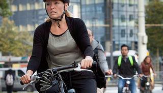 Vrouw met fietshelm