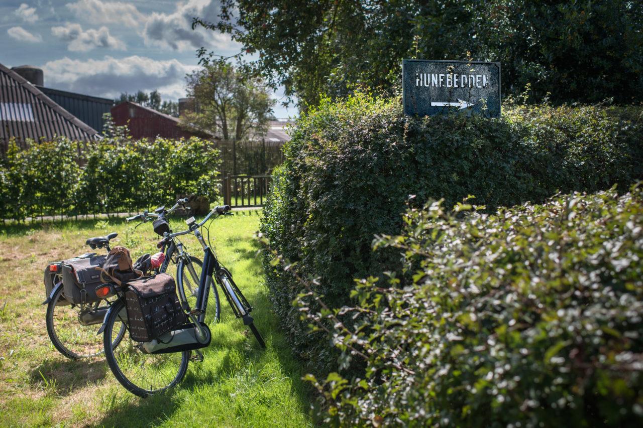 Hunebed in Mid-Laren, met geparkeerde fietsen