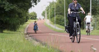 Een vrouw op een snelfietsroute nabij Nijmegen