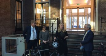 Saskia Kluit ontvangt speed pedelec helm