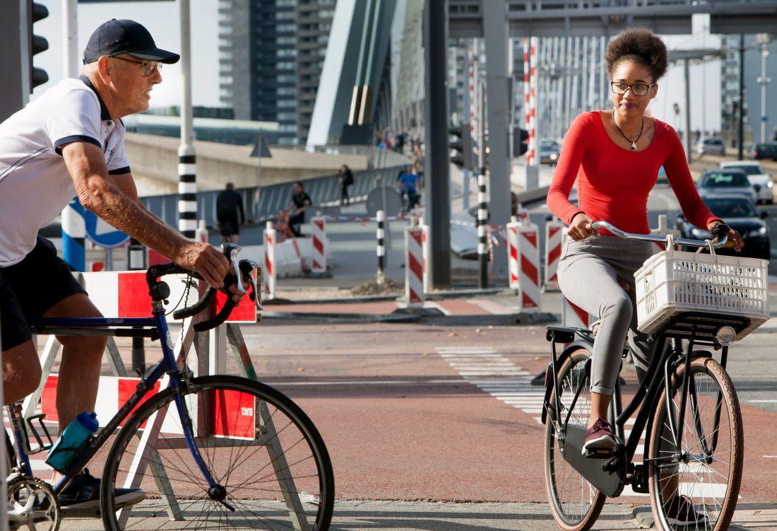 oudere fietser en jongere fietser treffen elkaar