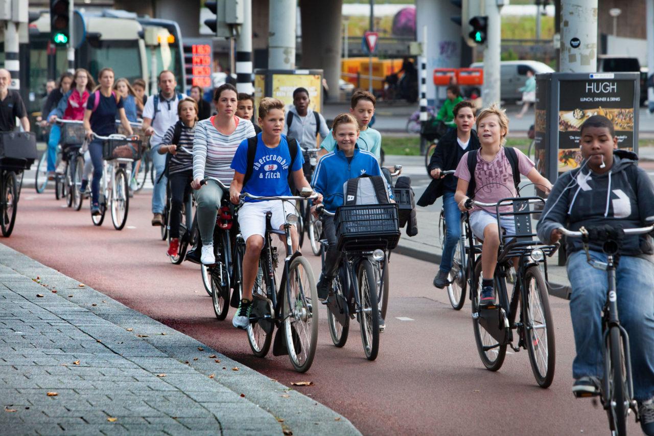 Schoolkinderen fietsen in Rotterdam