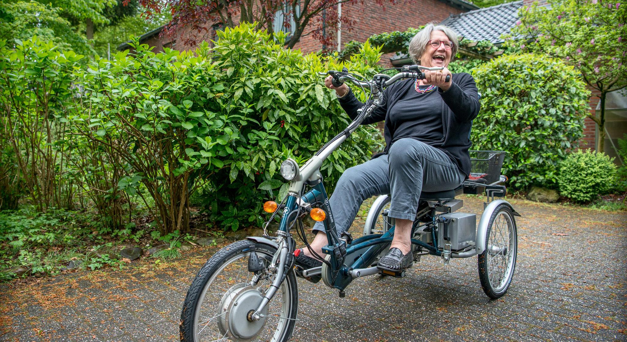 Vrouw op driewielfiets