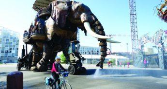 Fietser wordt natgespoten door een olifant in Nantes