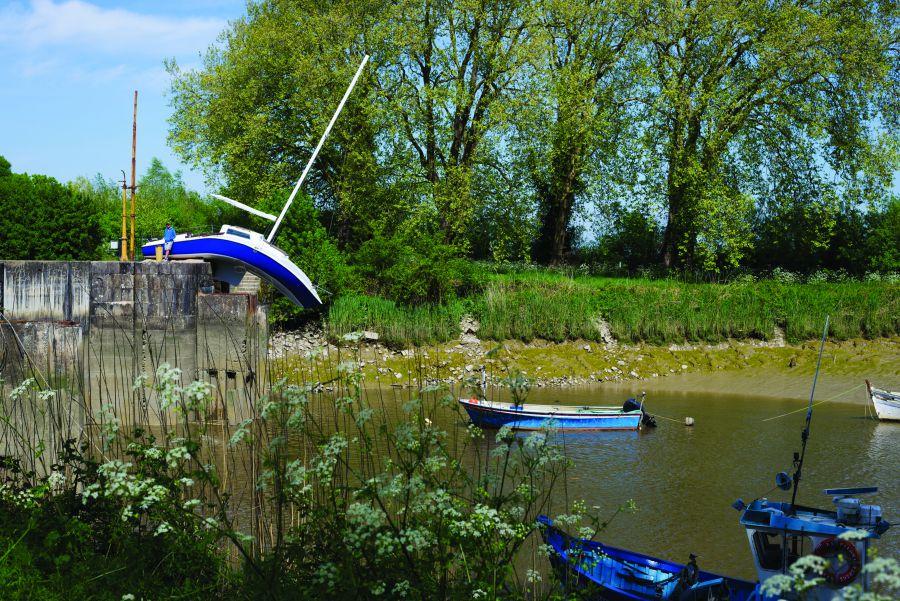 Komisch bootje waarvan het plastic gesmolten lijkt