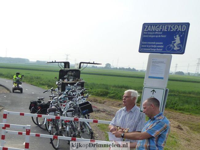 Opening fietspad Drimmelen door wethouder Jan-Willem Stoop én de zingende veearts uit Drimmelen Rinus Rasenberg