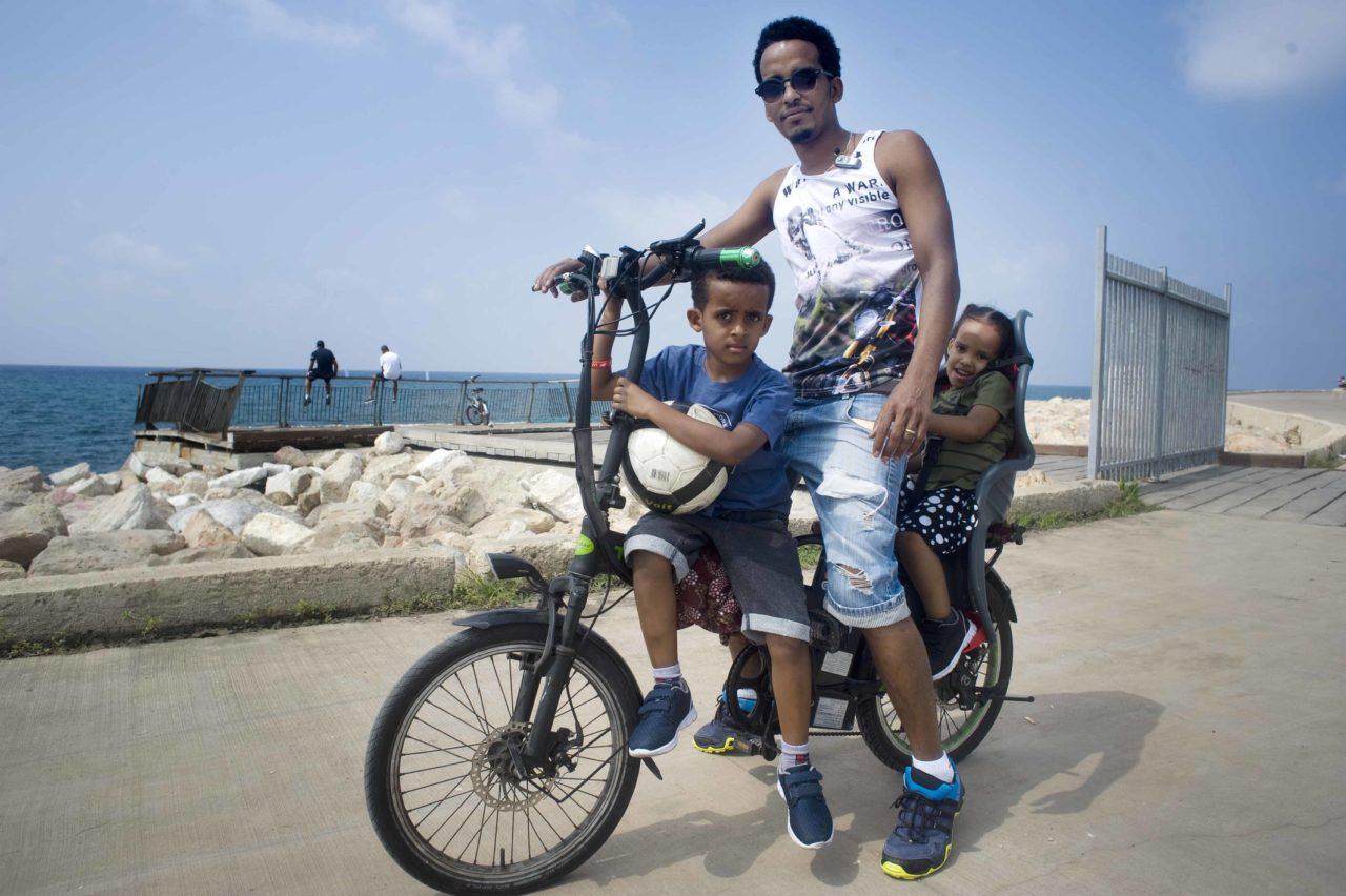 Kuduz uit Eritrea met zijn kinderen op sabbat.