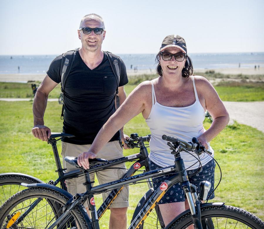 Man en vrouw met gehuurde mountainbikes