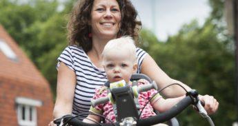 vrouw op de fiets met kind in kinderzitje