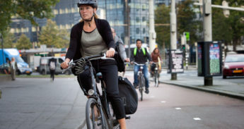 Volwassen vrouw met fietshelm
