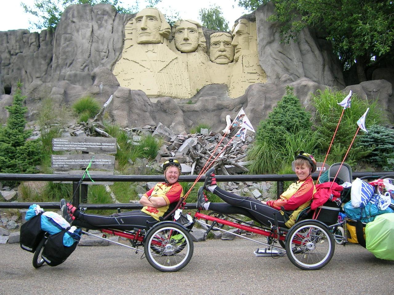 Nicole en Ingrid op ligfietsen