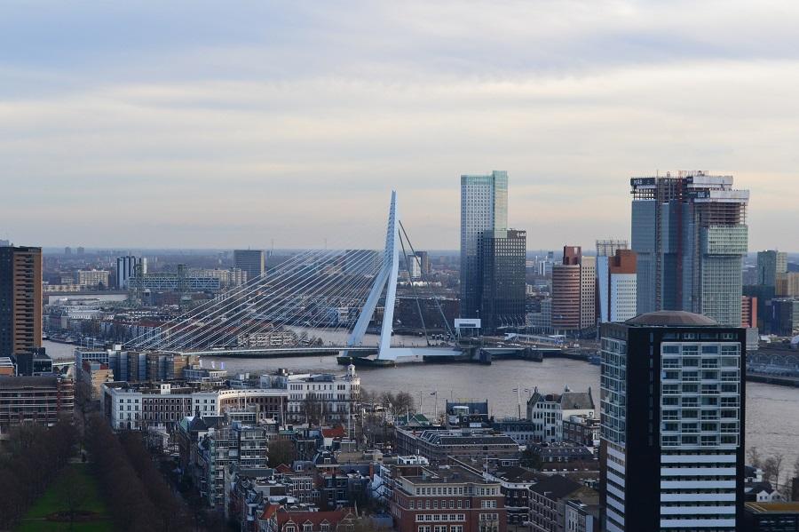 Uitzicht over de stad Rotterdam met de Erasmusbrug