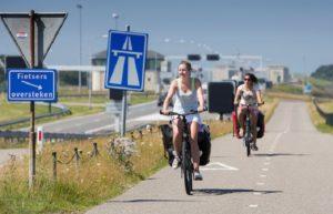Recreatieve fietsers op de Afsluitdijk