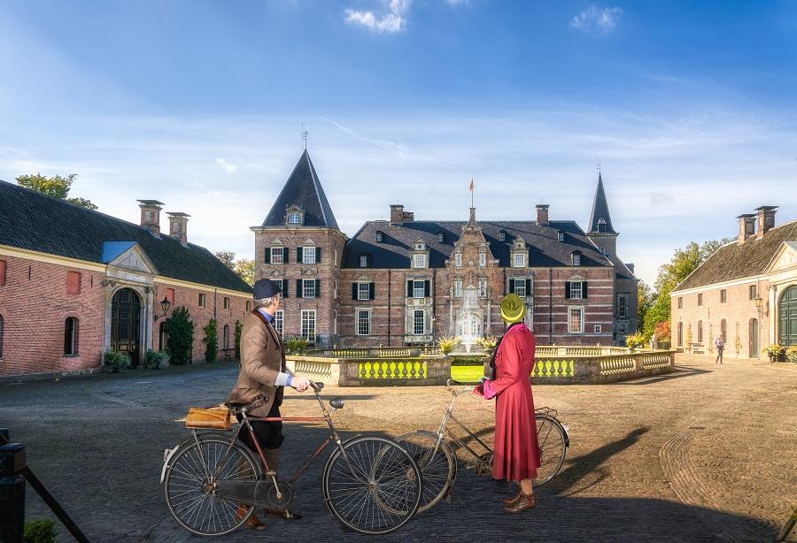 Twee fietsers bewonderen kasteel Twickel