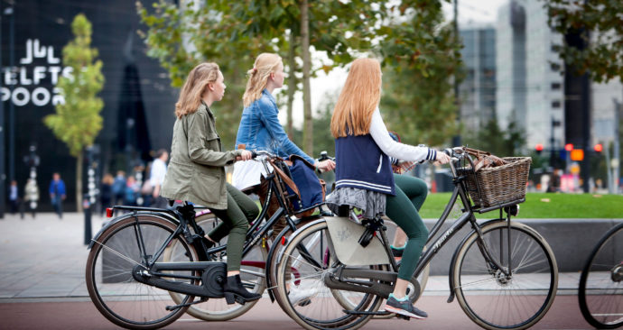 Fietsende scholieren in Rotterdam