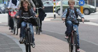 Scholieren fietsen in Amersfoort