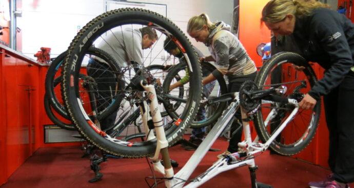 Les in het repareren van fietsen