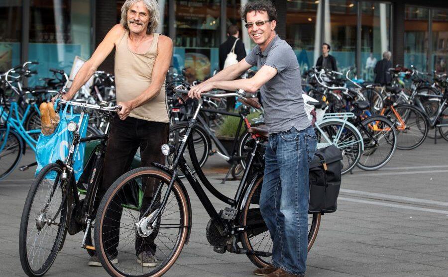 Leo Maathuis (l) en Laurent Theunissen voor een Maastrichtse supermarkt