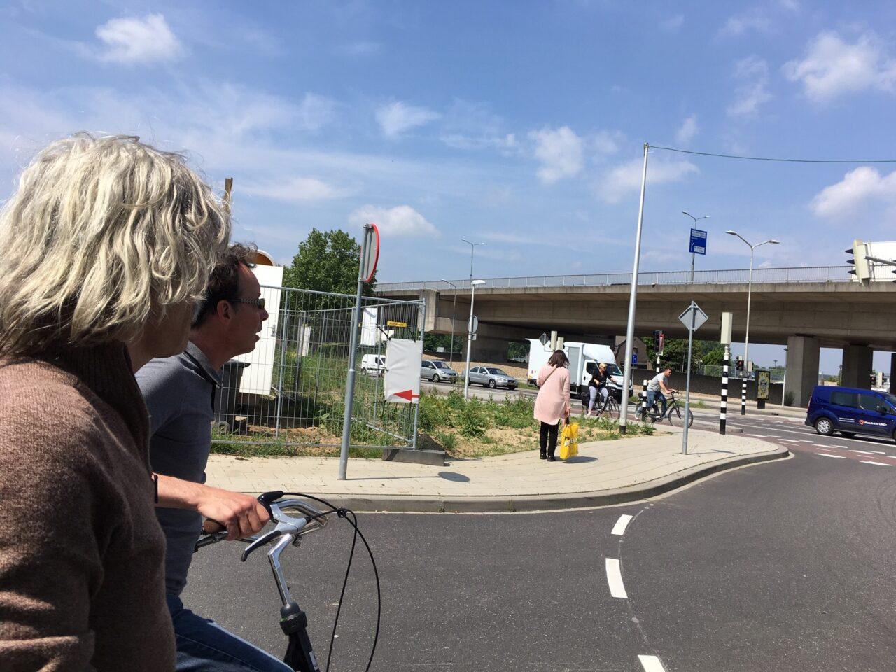 Uitrit waar fietsers moeten over de stoep of de autoweg op