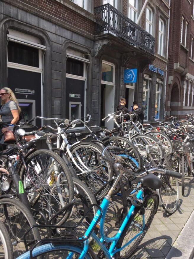 Overvolle fietsenrekken voor supermarkt in de Helmstraat