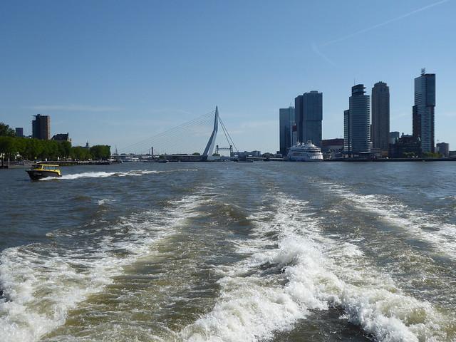 De Waterbus over de Maas bij Rotterdam