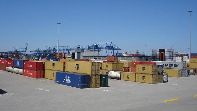 Containers met kranen aan de horizon