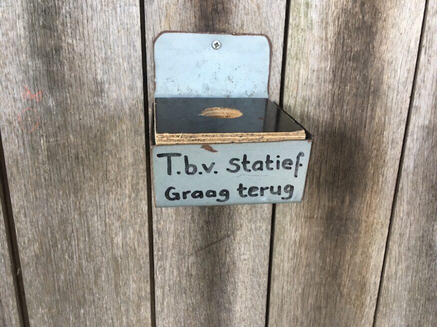Houten doosje met verzoek het statief terug te brengen