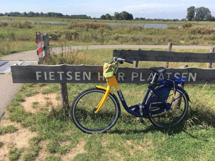 Achtergelaten fiets op het pad naar de Vogelkijkhut
