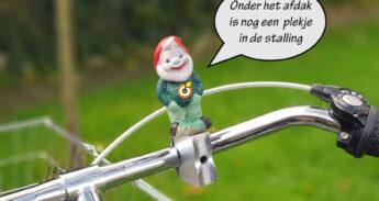 Kabouter op het fietsstuur met tekstballon: 'Onder het afdak is nog een plekje in de stalling'
