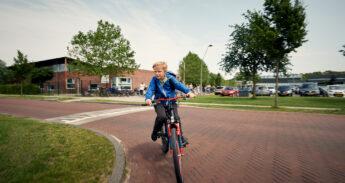 Jongen fietst naar school