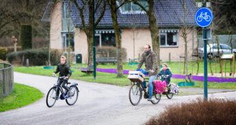 Gezin fietst in Veenendaal