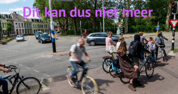 Fietsers staan op elkaar gepakt voor een stoplicht in Utrecht