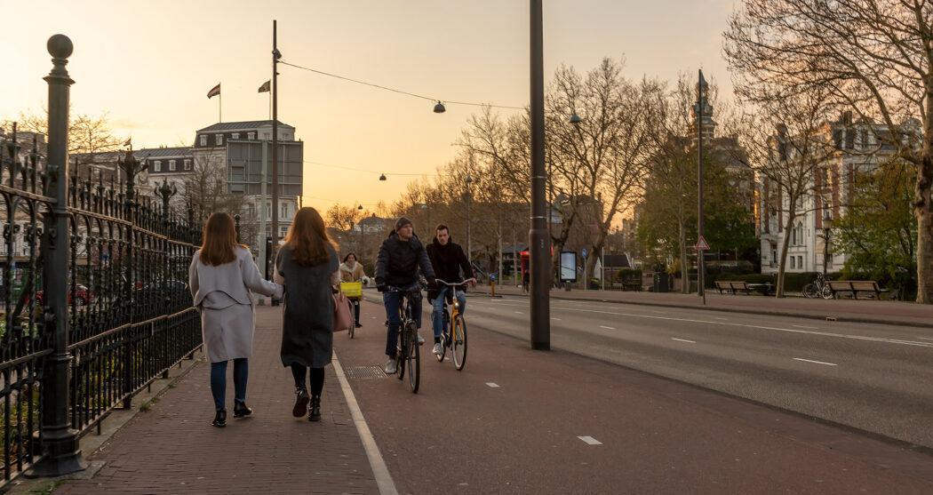 Fietser en voetgangers in Amsterdam