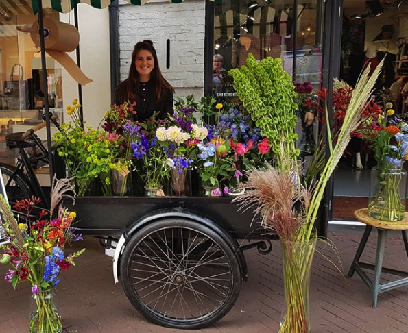 Suzet van Rooij met haar bloemenbakfiets
