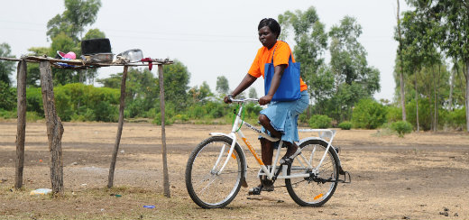 Fietsende thuiszorger in Oeganda