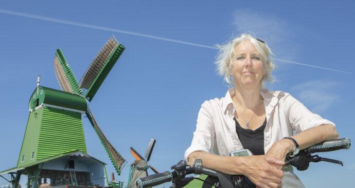 Sonja Puhl staat met fiets op de Zaanse Schans
