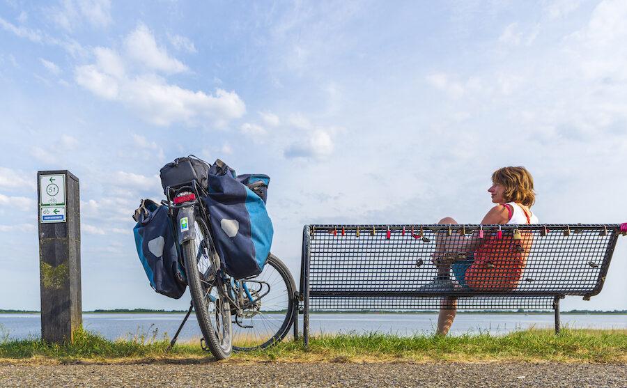 Fietsjournalist en vlogger Jessica de Korte kijkt uit over het IJsselmeer