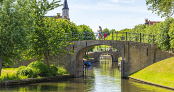 Brug in het oude stadje Sloten in Friesland