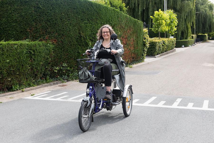 Astrid van der Plank op haar driewielfiets