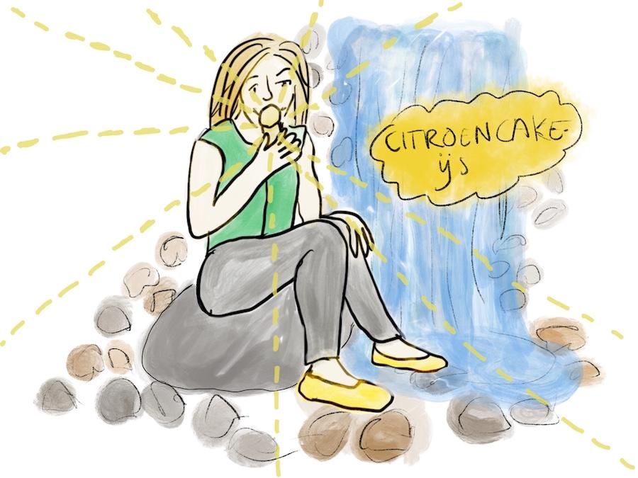 Vrouw eet ijsje bij waterval op het Willem Wilminkplein in Enschede