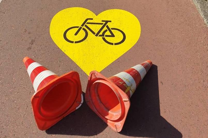 geel hart met fiets op het fietspad