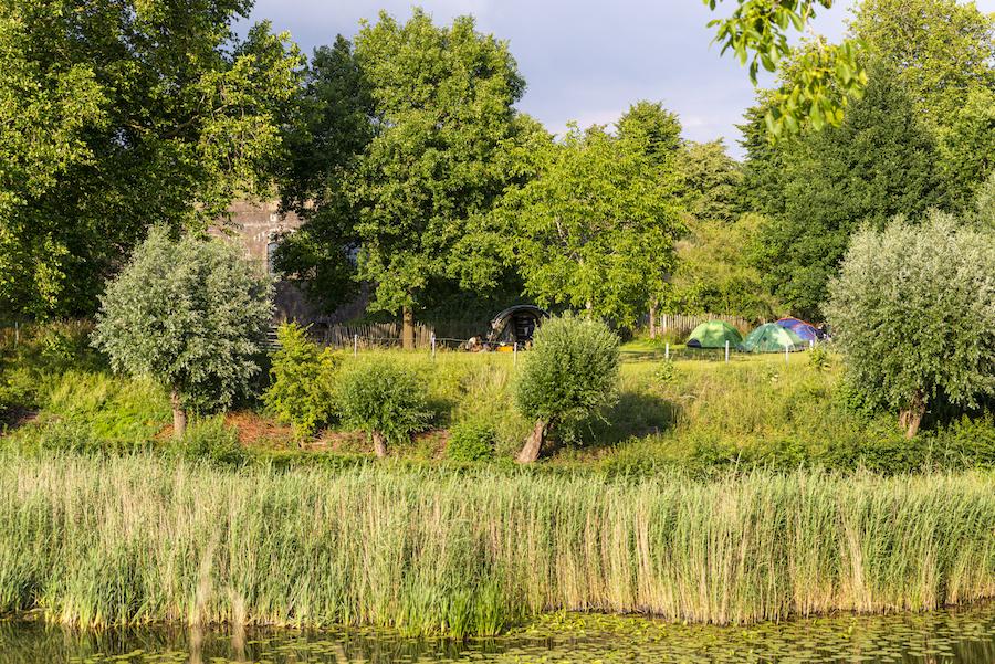 Tentjes in het gras bij Fort Everdingen