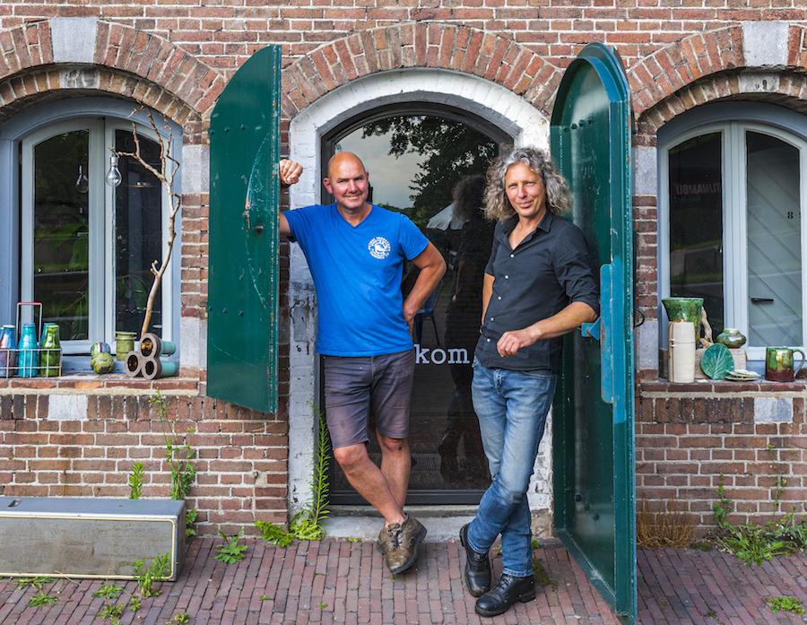 Polderwachter Marcel Blekendaal (r) en uitbater Jeroen Verbraeken bij Fort Maarseveen